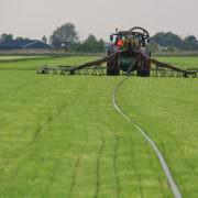 Uitrijden drijfmest bij pilotboer Schep, Proeftuin Veenweiden