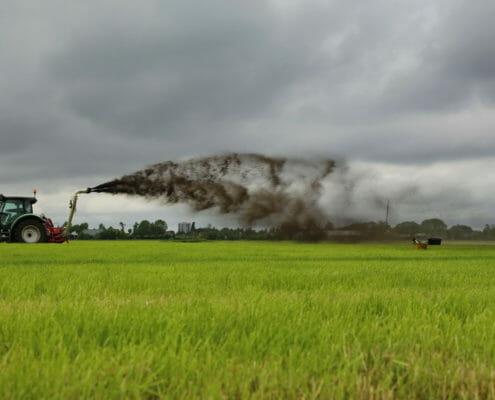 Bagger toedienen op grasland in Veenweiden